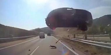 天上飞来个三厢车  司机一脸懵逼吓尿了