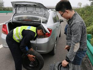 高速路上车胎漏气 巡逻民警帮忙换轮胎除隐患