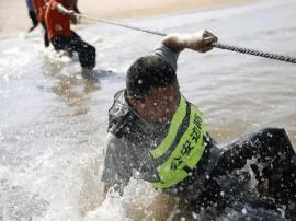 一轿车被陷沙滩 救援车前去搭救也被困住