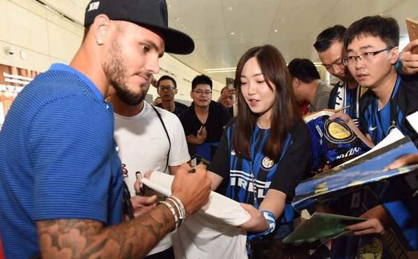 国米抵南京开启中国行 美女球迷接机送拥抱