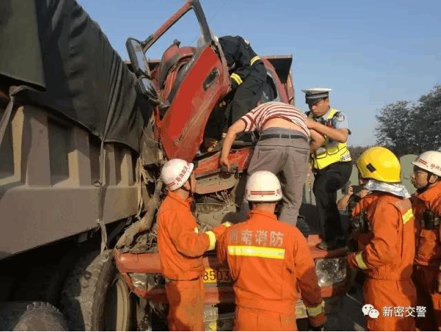 货车司机追尾被困车内 新密警方联手救出司机