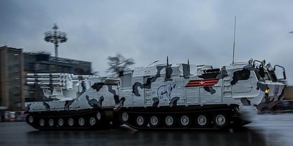 俄夜间阅兵彩排,新型装甲车车身涂装北极熊