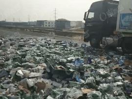 青岛同三高速大货与集装箱车相撞 啤酒瓶散落将路堵死