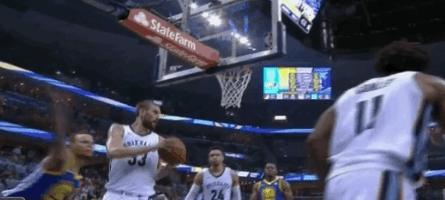 【影片】憤怒的小學生!Curry不滿判罰怒摔牙套,KD抱怨裁判,雙雙遭驅逐出場!-籃球圈