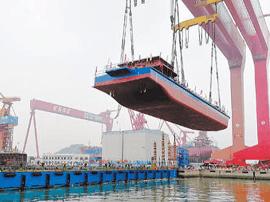 全球首艘2千吨级纯电动船下水 充电2小时跑80公里