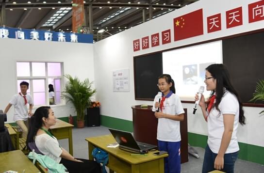 刘佳(左)与刘晓慧(右)共同主持公开课。
