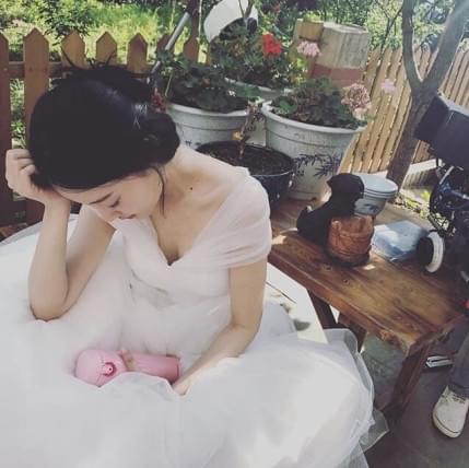李小璐穿婚纱晒憔悴工作照 脸色苍白疑中暑
