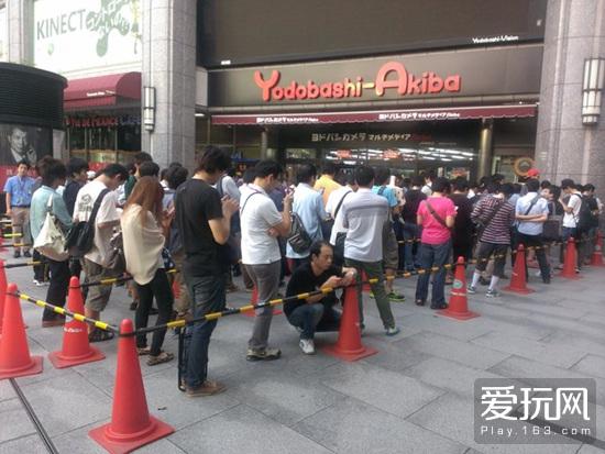 日本玩家排队购买MH新作的盛况