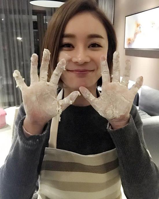 袁姗姗亲手和面包饺子
