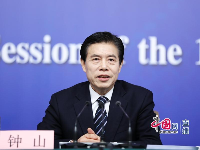 外国记者问中美贸易战问题 被商务部部长这样反问