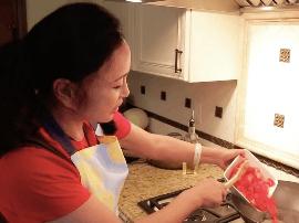 刘晓庆自曝从不减肥 《但愿人长久》为老公下厨
