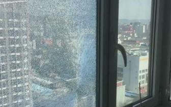 惊险!二十层高楼窗户玻璃疑似被子弹射穿