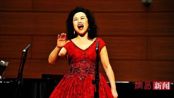 五旬大妈十余年苦学音乐举办个人独唱音乐会
