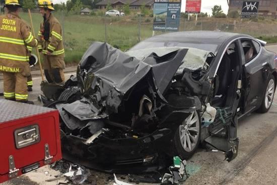 追尾消防车的特斯拉女司机曾看手机 脱方向盘80秒