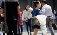 南京25℃气温市民夏装出行