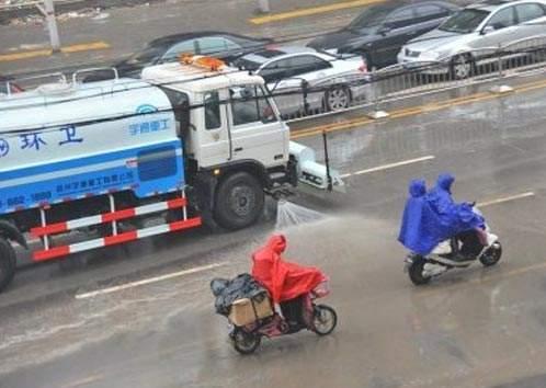 """下雨天洒水车依然""""任性""""作业 环卫部门回应特殊路面"""