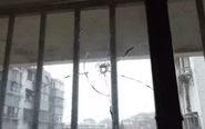 """民居家中玻璃窗惊现""""弹孔"""" 疑似气枪所致"""
