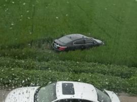 泰州一轿车失控冲进路边稻田 最后被吊车救