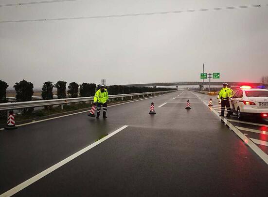 道路结冰,荆州境内这些高速实施管制