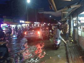 南宁突降暴雨致农院路现内涝 最高水位有30多公分