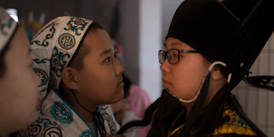 吉林小学12岁孩子扮花旦 可爱姑娘演包公