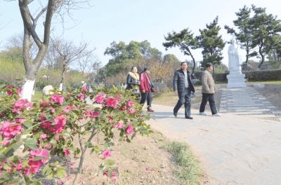 沙市中山公园设置历史人物雕塑 吸引游客观赏