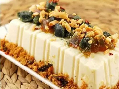 谷穗上的蝈蝈合唱谱-材料 :   豆腐1块,肉松60克,葱、黄瓜、炒油各少许,盐、味精、香