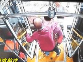 暖心!南宁23路公交司机背90岁老奶奶下车