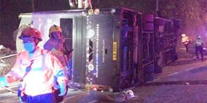 香港巴士侧翻已致19死 车身严重损毁