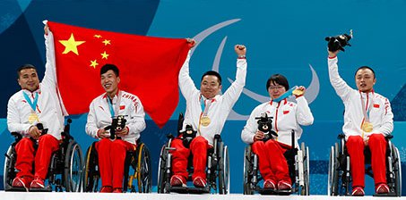 中国骄傲!轮椅冰壶运动员举国旗庆祝平昌摘金