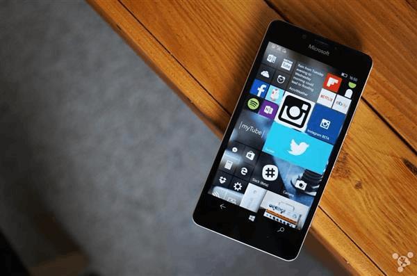 悬崖上的Windows 10手机 有谁会踹它一脚吗?