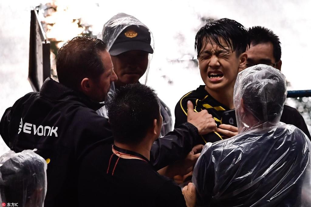 球迷冲场拥抱球员被保安扑倒 多特人员送上看台