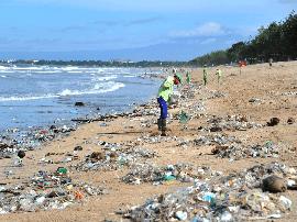 巴厘岛垃圾成灾!每天需要700名清洁工和35辆卡车
