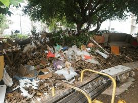 南宁一小区休闲广场成了垃圾场 物业回应称……
