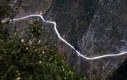 """重庆一峡谷现""""挂壁路"""""""