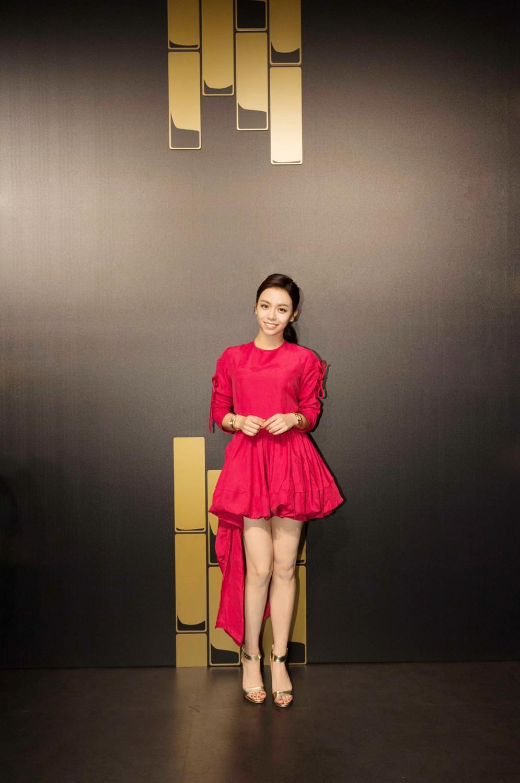 """宋芸桦助阵派对秀美腿 与关之琳并封""""两代女神"""""""