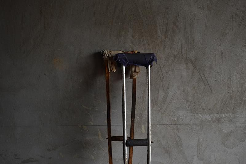 赵留成的肋骨、左手和右腿骨缝里,隔着皮肉仍能摸到遗留的弹片