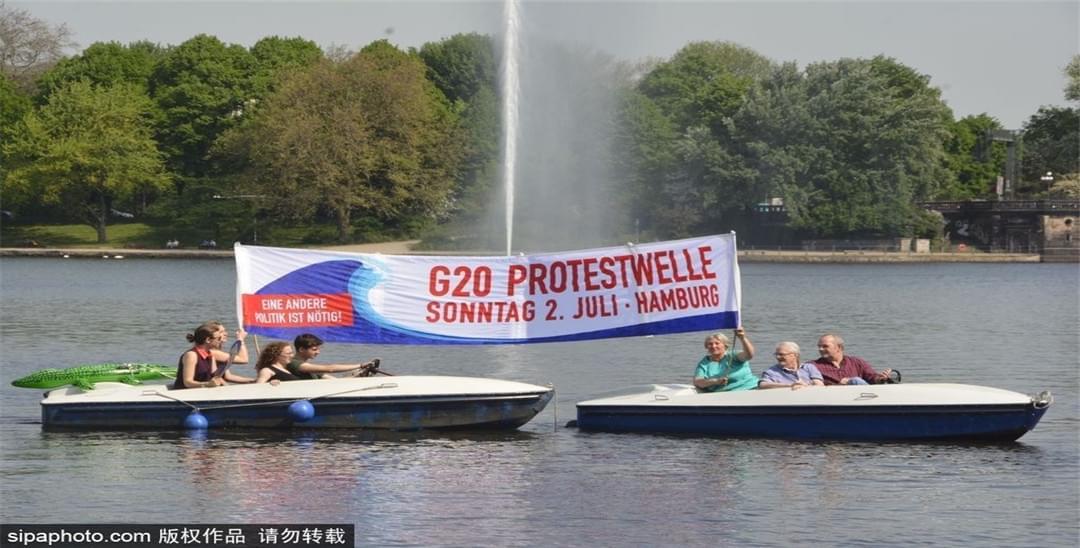 德国汉堡民众湖中划船抗议 反对召开G20峰会