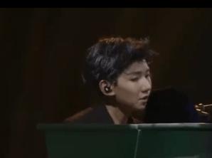 多面王源演唱会三变发型 精彩个人秀引迷妹尖叫