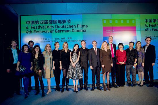 第四届德国电影节启动。 京华时报11月12日报道 11月11日,第四届德国电影节在京举行启动仪式,开幕片《尊严殖民地》导演佛罗瑞加仑伯格、《春去秋来》导演丹尼尔凯森特、《流星街》导演艾琳菲舍尔以及中国演员张静初等到场。佛罗瑞加仑伯格表示非常高兴7年后再一次来到中国。 佛罗瑞加仑伯格7年前曾来中国拍摄《拉贝日记》,再现抗日战争时期南京的那段惨烈记忆,而新作《尊严殖民地》也同样基于真实历史事件拍摄。现场被问及为何对这类题材感兴趣,佛罗瑞加仑伯格表示:我们必须有一些责任,基于历史改编电影的时候,就