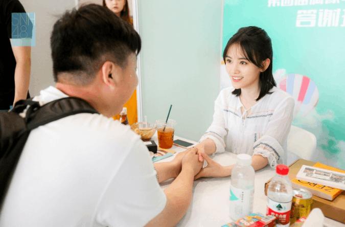 真偶像!SNH48开握手会 鞠婧祎贴心为粉丝买饮料