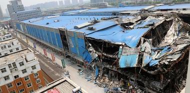 郑州一商场大火后坍塌 商户损失上亿元