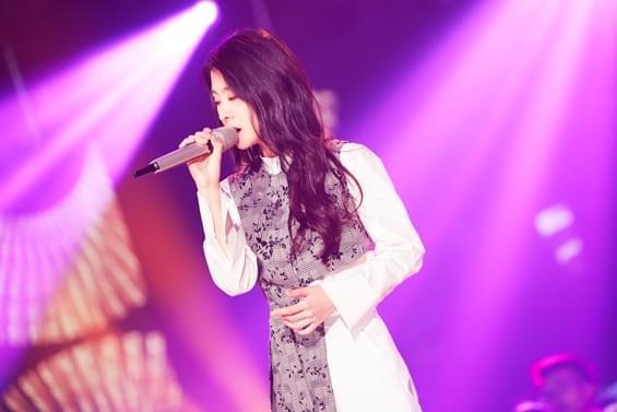 张碧晨带伤录制《我想和你唱》 与素人演绎经典
