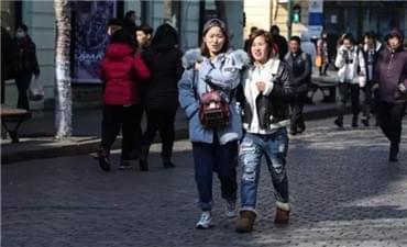 哈尔滨二月二气温升至4℃ 街头美女露起脚脖儿
