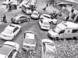 福州:多辆小车不让道 急救车被堵路口三分钟