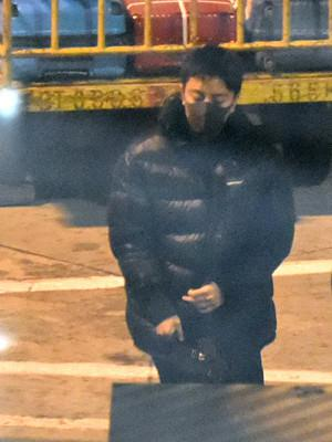贾乃亮在苏州深夜买醉 身边有友人相伴还送他拥抱