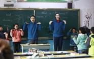 惠若琪支教与学生齐做操