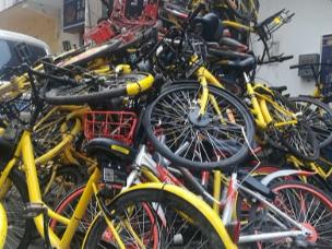 5米多高!郑州一城中村共享单车堆成山