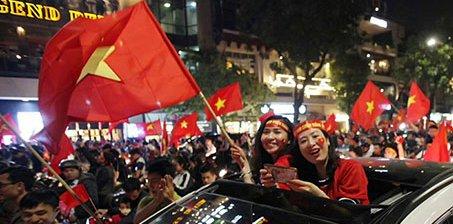 万人空巷!越南民众举国旗游行 庆祝球队进决赛