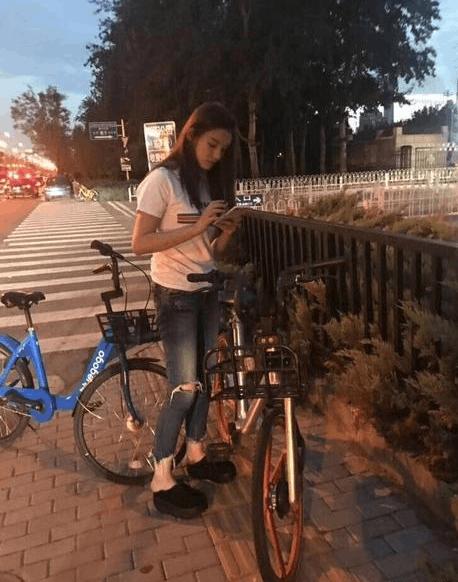 林允宋威龙收工遇堵车 无奈同骑共享单车